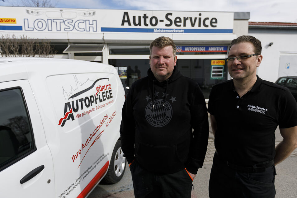Dieses Bild stammt vom März 2019. Ronny Kubik (l.) war damals nach dem Roscher-Großbrand mit seiner Firma Autopflege Görlitz vorübergehend bei Gunnar Loitsch an der Friedrich-Engels-Straße 31 in Weinhübel untergekommen.