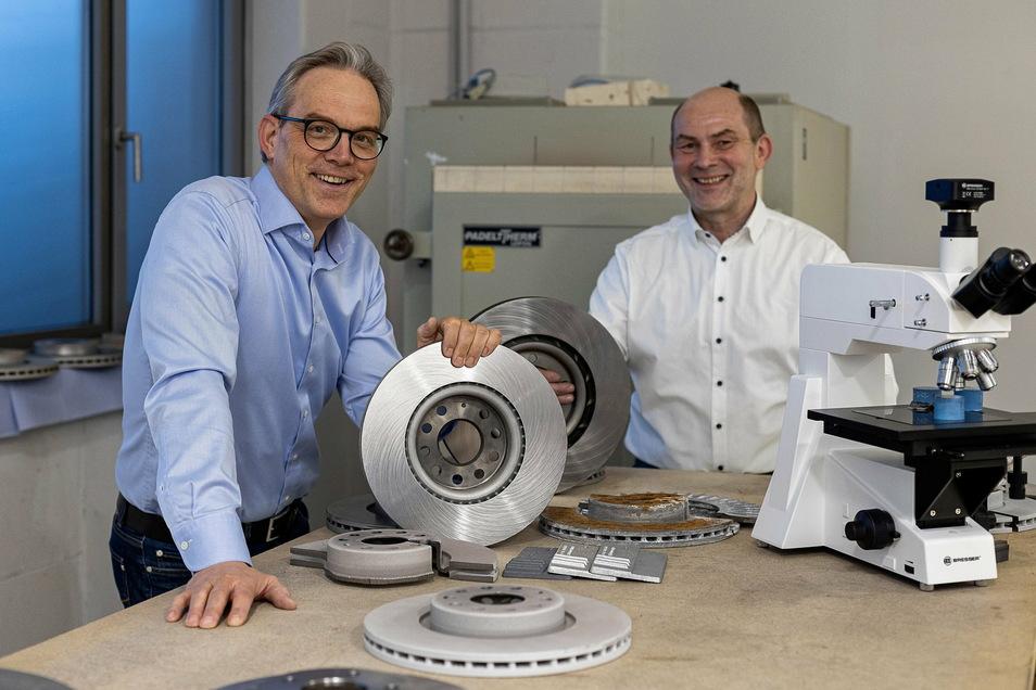 Swen Hallasch (52) und Tilo Steinmeier (62, rechts) haben eine neuartige Beschichtung für Bremsscheiben entwickelt, mit der sie nun auf den hart umkämpften Markt wollen.