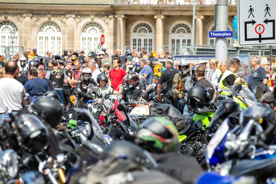 Tausende  1.000 Bikerinnen und Biker haben gegen  drohende Fahrverbote demonstriert.