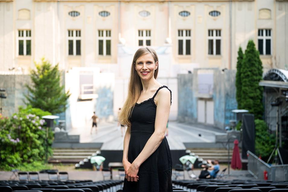 """Sopranistin Anna Gössi im Görlitzer Stadthallengarten vor dem Balkon, auf dem sie an den Abenden """"Wein' nicht um mich, Argentinien"""" singt."""