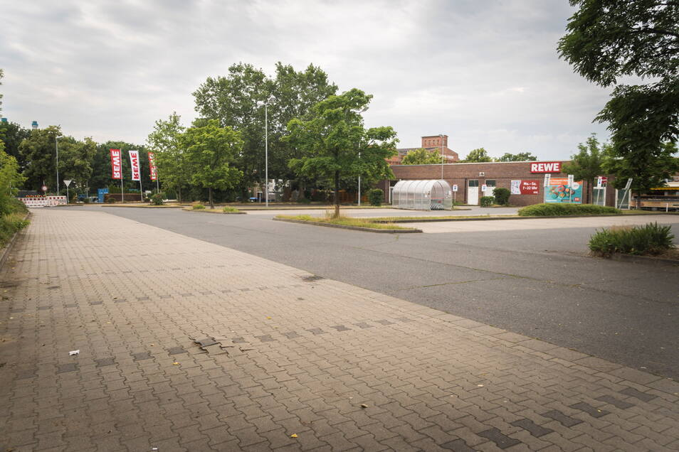 Gähnende Leere: Der eigentliche Parkplatz am Gröbaer Rewe ist wegen Arbeiten infolge einer havarierten Wasserleitung direkt vor der Zufahrt derzeit nicht erreichbar. Entsprechend verlassen wirkt die Fläche, auf der etliche Dutzend Stellflächen zur Verfügung stehen.
