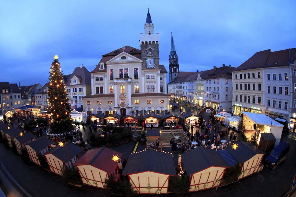 Die rot-weißen Weihnachtsmarktbuden bietet die Stadt Löbau für kontaktfreie Treffen Altenheimbewohnern an.