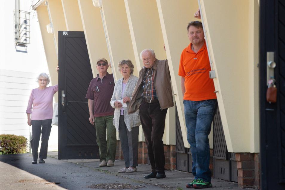 Mitglieder der Wohngenossenschaft Aufbau sind empört, weil ihre Garagen wegerissen werden sollen. Von links: Helga und Roland Loos, Helga Opitz, Horst Schlinkmann und vorn Oliver Opitz, der Sohn von Helga Opitz.