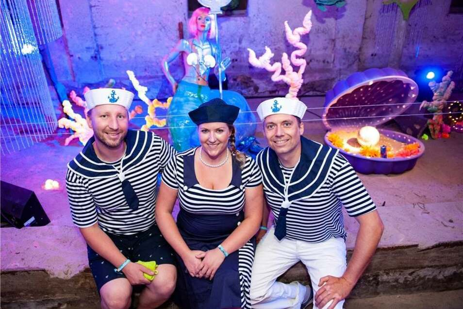 """Das diesjährige Motto """"Unterwasserwelten""""  inspirierte auch die Besucher  Matthias, Sandy und Riccardo waren aus Riesa angereist und hatten ihre herrlichen Matrosenkostüme im virtuellen Kostümverleih gefunden."""