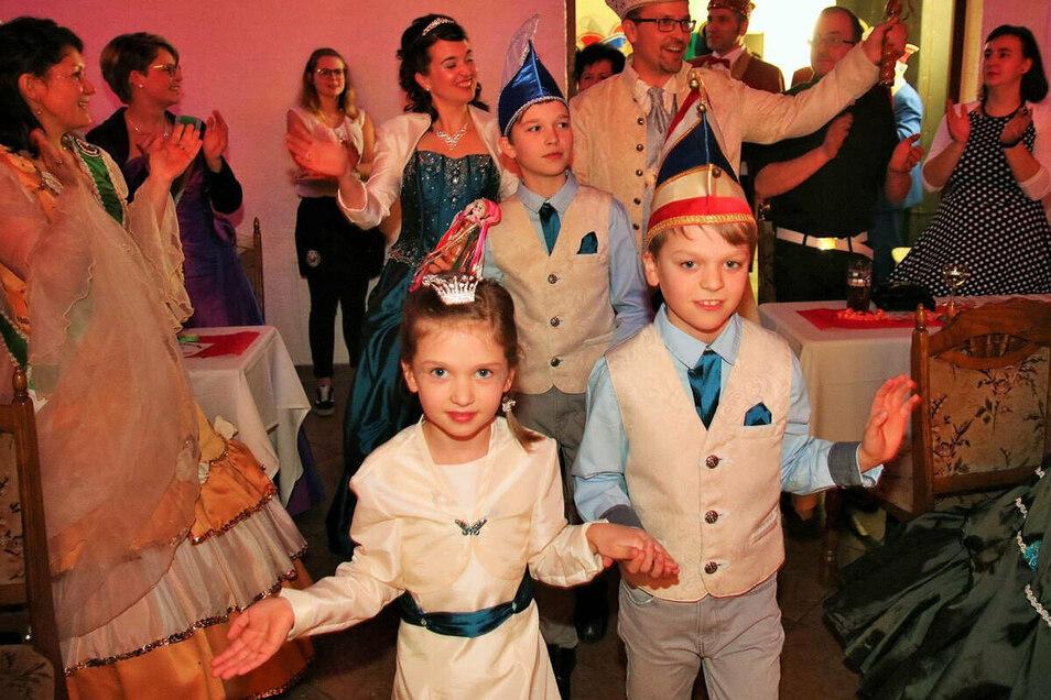 Sie müssen in Wendischbaselitz noch ein Jahr länger regieren: Das Prinzenpaar Christina II. und Marcel II. (hinten) und die Kinderprinzen Metod (r.) und Josef sowie Kinderprinzessin Lucia.