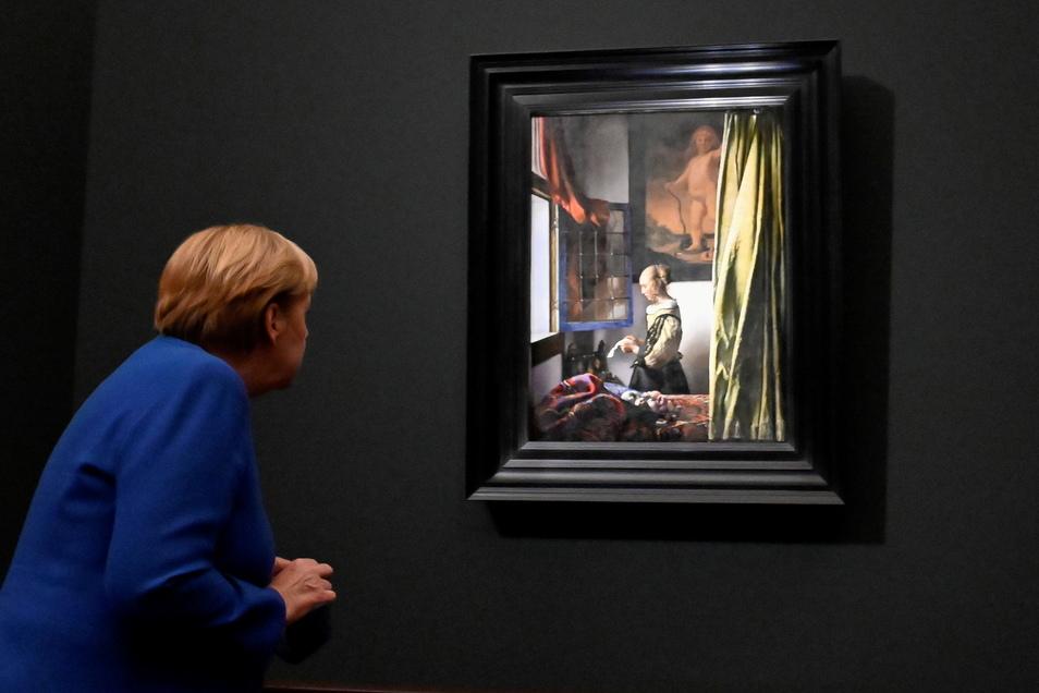 """Bundeskanzlerin Angela Merkel ist zur Eröffnung der Vermeer-Ausstellung nach Dresden gekommen. Die Schau zeigt auch das berühmte Gemälde """"Brieflesendes Mädchen am offenen Fenster"""". © Reuters/Pool"""