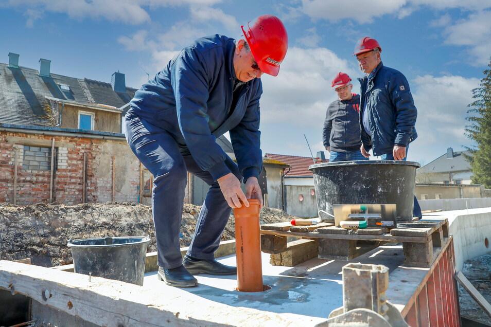 Bechsteins Produktionsleiter und Prokurist Matthias König versenkte bei der Grundsteinlegung für die neue Lagerhalle eine Schatulle.