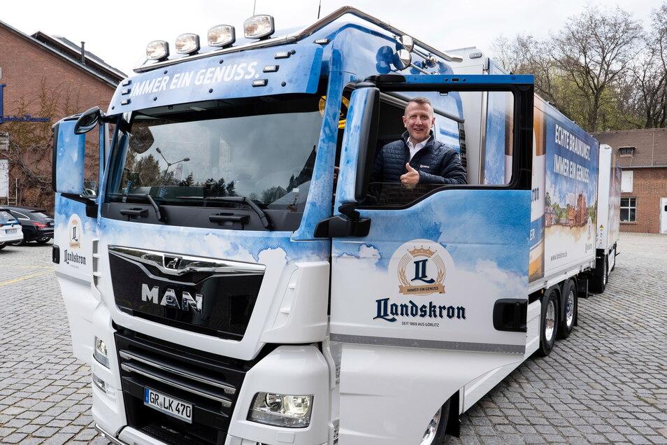 Markus Mücke freut sich über den neuen Truck, den er für die Landskron-Brauerei Görlitz künftig durch die Lande fahren wird. Gestaltet wurde er von der Firma Fahrzeugbau Orten aus Demitz-Thumitz.
