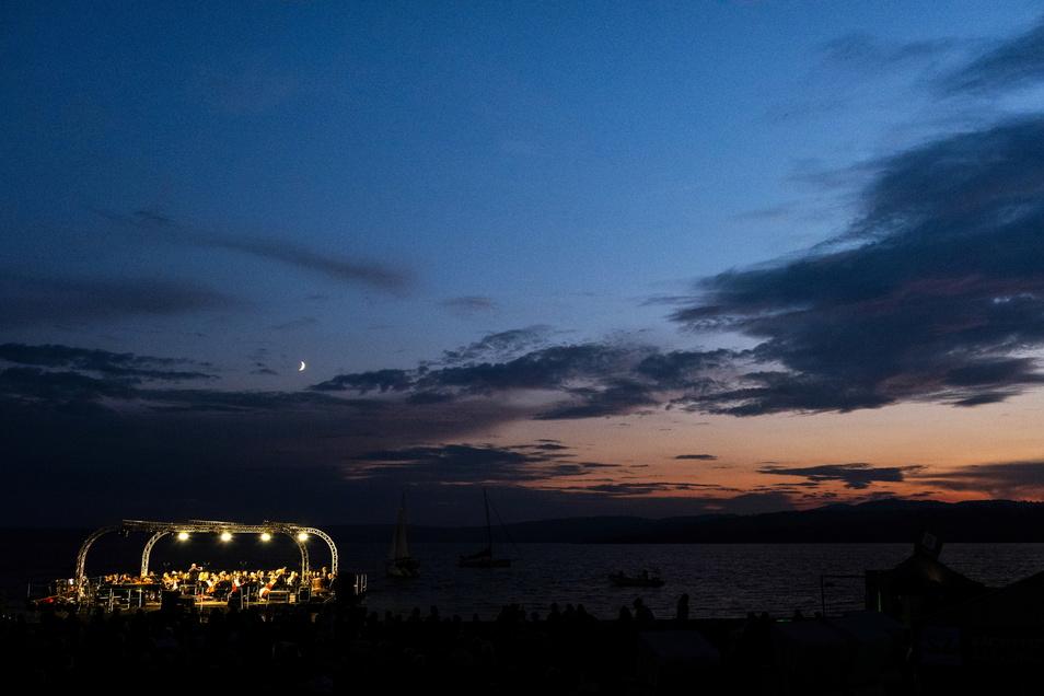 So leuchtete die Seebühne am Freitag und Sonnabend auf dem Berzdorfer See in die Nacht.