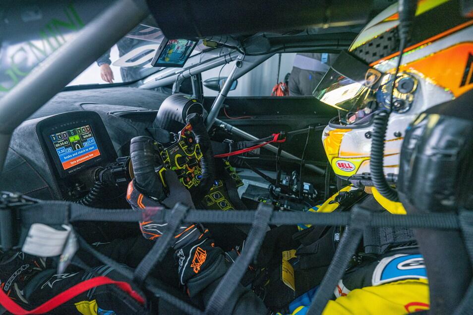 Der Blick ins Cockpit des Lamborghini Huracan Evo GT3. Am Lenkrad kann der erst 19-jährige Fahrer Esteban Muth nicht nur die Gänge wechseln, sondern auch den Teamfunk aktivieren.