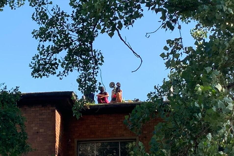 Die Besetzer waren am Abend auf das Hausdach geklettert.