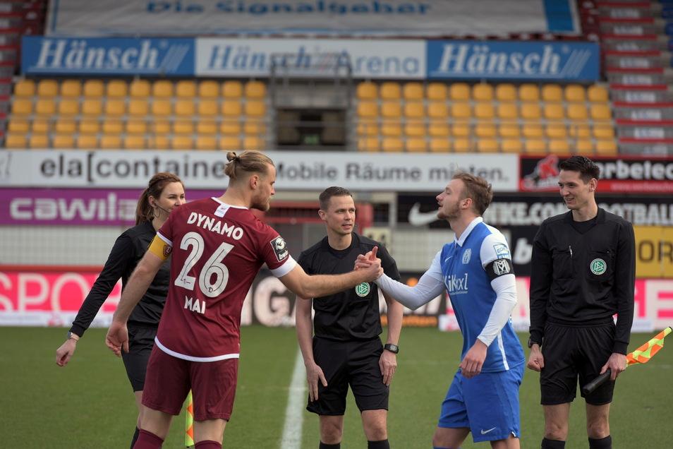 Die Kapitäne Sebastian Mai und Florian Egerer begrüßen sich vor dem Spiel.