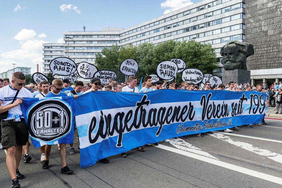 Fans des Chemnitzer FC demonstrieren vor Beginn des Pokalspiels gegen den HSV in der Innenstadt für den Erhalt des Vereins.