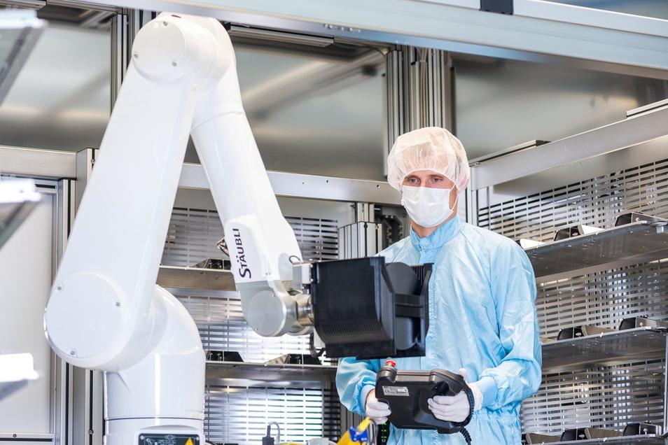 Der Roboterarm schwenkt einen Behälter mit teuren Siliziumscheiben ins leere Wandregal – und findet ihn dort auch wieder. Dresdner bauen diese Technik vor allem für Mikrochipfabriken.