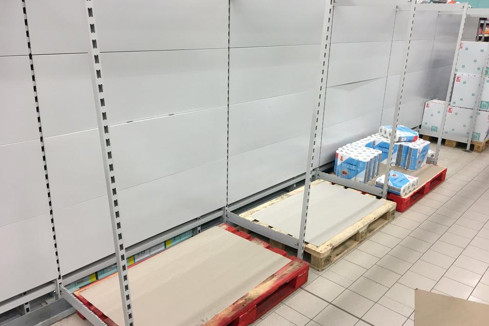 Ein Bild von Mitte März: In einem Kaufland-Supermarkt in Döbeln gibt es kein Toilettenpapier mehr.
