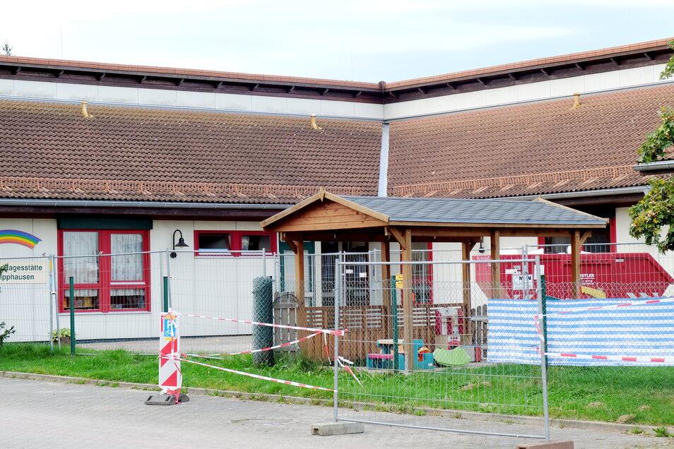 Die Kindertagesstätte Regenbogen in Sachsdorf muss abgerissen werden. Das könnte im schlimmsten Fall auch der nebenan gelegenen Grundschule drohen.