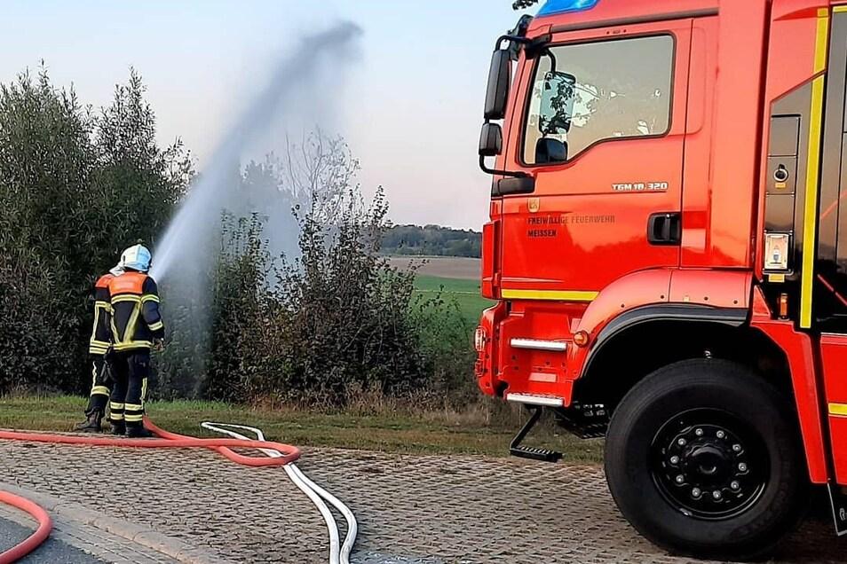 Innerhalb von wenigen Minuten stellten die Einsatzkräfte die Wasserversorgung zum 300 Meter entfernten Löschteich her.
