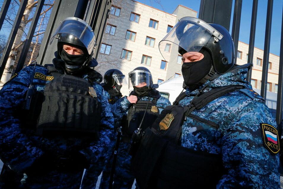 Russische Beamte des Föderalen Gerichtsvollzieherdienstes stehen vor dem Beginn eines Prozesses gegen den russischen Oppositionspolitiker Nawalny vor dem Bezirksgericht Babushkinsky Wache.