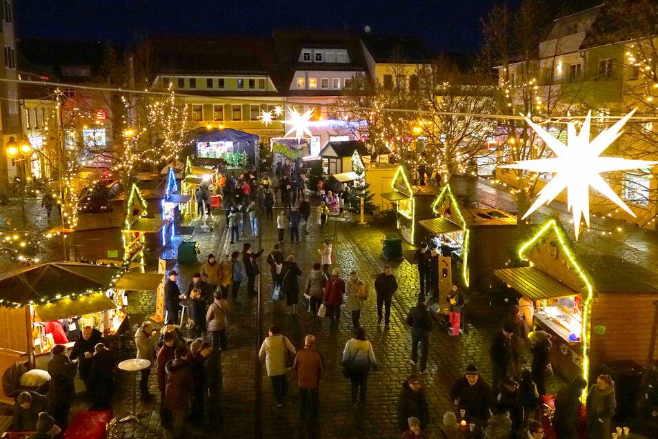 Im vergangenen Jahr hatte der Döbelner Weihnachtsmarkt zum ersten Mal an nur einem Wochenende auf dem festlich geschmückten Niedermarkt stattgefunden.