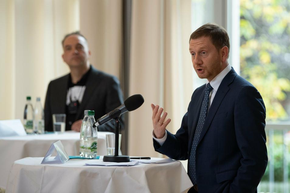 Sachsens MP Michael Kretschmer (CDU, r) neben Mitherausgeber Steffen Kailitz.
