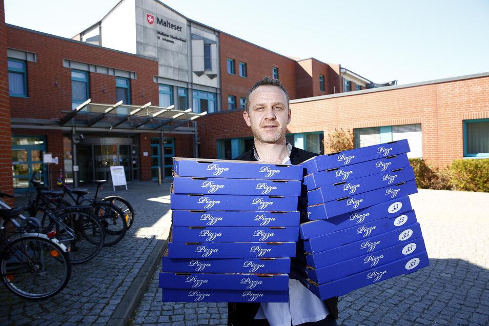 Pizza fürs Malteser-Krankenhaus: Mario Osmani vom Ristorante La Piazza aus Kamenz bringt einen Schwung Pizzen für die Mitarbeiter. Kostenlos. Auch andere, die dieser Tage hart arbeiten, hat er auf diese Weise schon überrascht.
