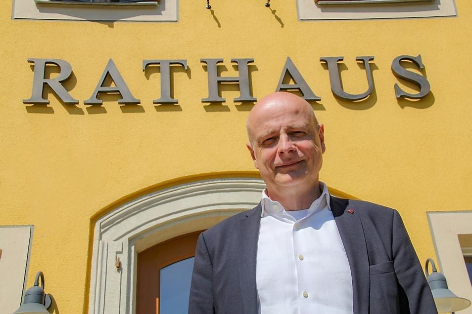 Seit mittlerweile 14 Jahren sitzt Harry Habel auf dem Chefsessel im Bernsdorfer Rathaus. Nun strebt der 60-Jährige eine dritte Amtszeit als Bürgermeister an. Am Sonntag findet die Wahl statt. Harry Habel ist der einzige Kandidat.