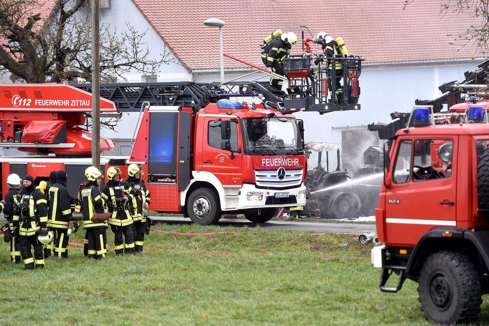 Rund 100 Kameraden waren bei den Löscharbeiten in Neundorf am Ostermontag im Einsatz.