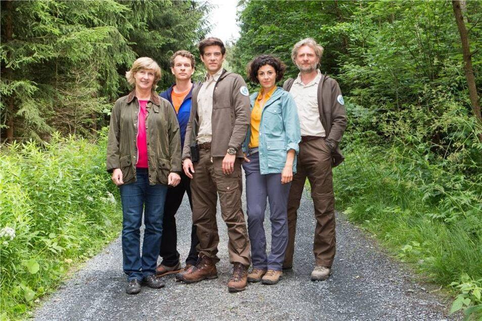 Der Ranger Jonas Waldek, gespielt von Philipp Danne (Mitte), und die Biologin Emilia Graf (Liza Tschirner, 2.v.r.) sind im ersten Teil der TV-Reihe einem Wolf auf der Spur, der in der Nähe von Hohnstein gesichtet wurde. Die Stadt ist Heimatort des Film-Rangers. Heike Jonca (l.) spielt Monika Waldek, Kai Evers (2.v.l.) ist der beste Freund von Jonas (gespielt von Sebastian Kaufmane)  und Jörg Witte (r.) mimt in der TV-Reihe den Ranger  Christoph Fischer.