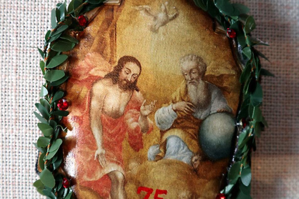 Eigens für das Jubiläum ließ Peter Bresan dieses Kränzchen anfertigen. Es zeigt die Dreieinigkeit von Gottvater, Gottsohn und Heiligem Geist. Es ist das Motiv des Hochaltars der Wittichenauer Kirche.