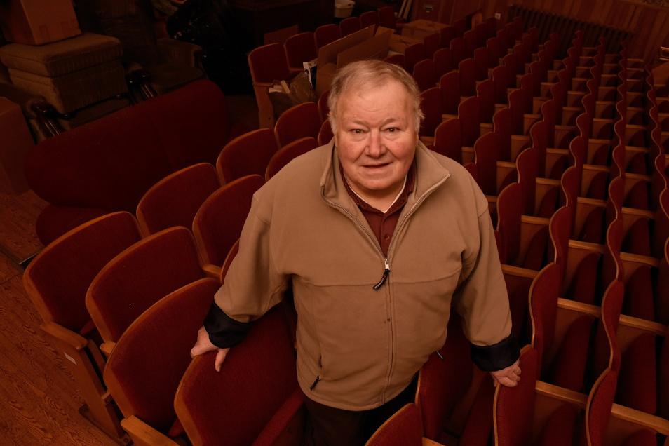 Der frühere Gastwirt Michael Schirmer steht zwischen den Stuhlreihen im ehemaligen Kino seiner Gastwirtschaft Goldenes Glas.