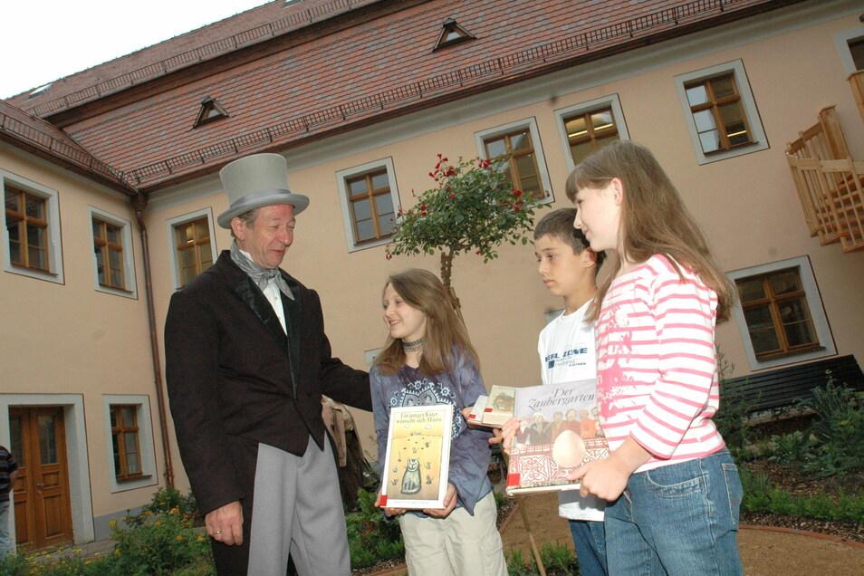 Karl Benjamin Preusker (dargestellt von Klaus Förster) mit Kindern im Bibliotheksgarten. Der Rentamtmann war auch Altertumsforscher.