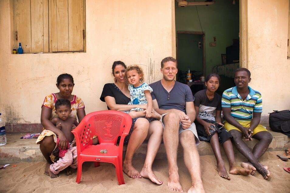 Salima Oudefel und Timo Götze mit ihrer Tochter Emilia zu Gast bei der Familie der Muscheltaucher, dessen Arbeit im Meer die Reisenden näher kennenlernen durften.