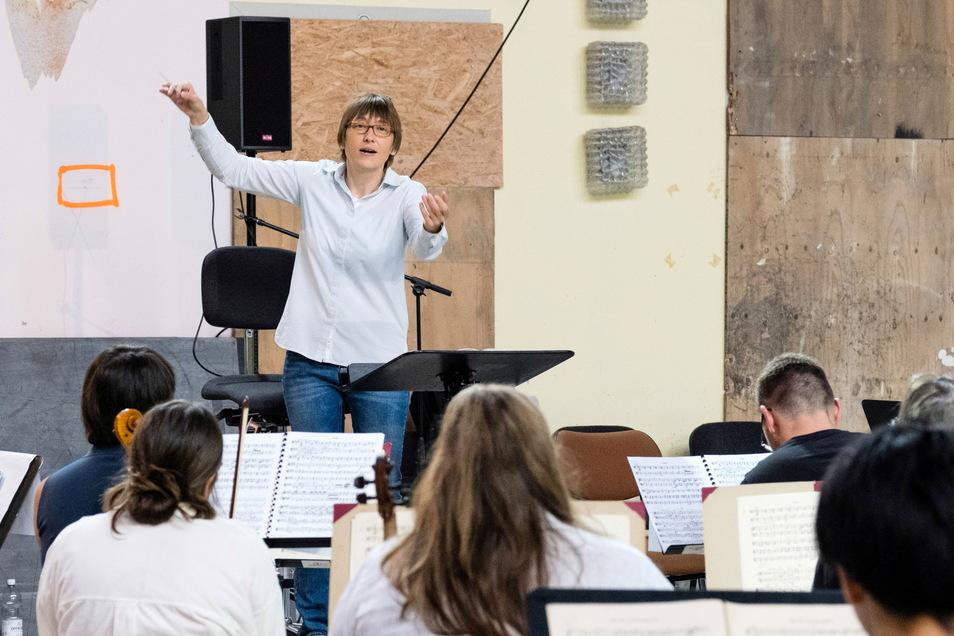 Generalmusikdirektorin des Gerhart-Hauptmann-Theaters Ewa Strusinska probt mit der Neuen Lausitzer Philharmonie und 40 Musikschülern in der Stadthalle.