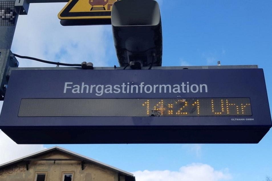Am Bahnhaltepunkt in Putzkau wurde die elektronische Fahrgastinformation von Unbekannten beschädigt.