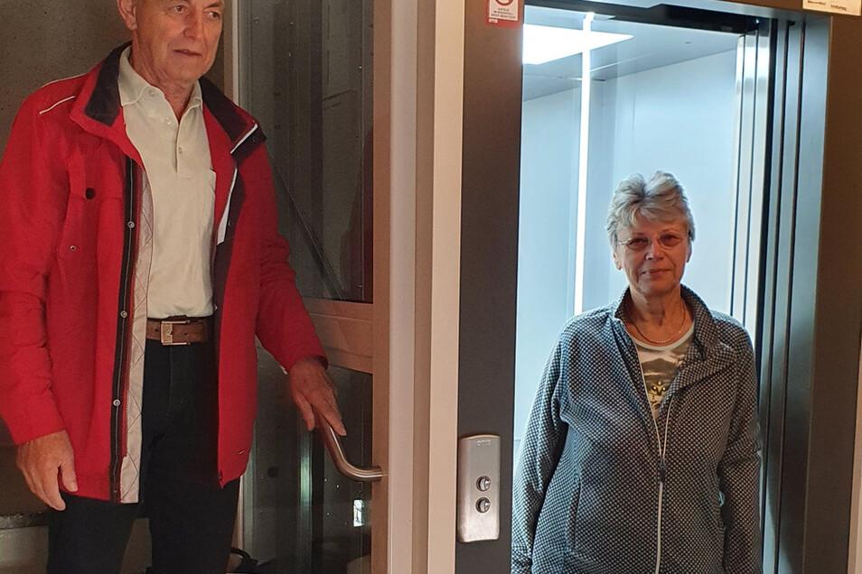 Renate Horn durfte als erste den neuen Fahrstuhl testen.
