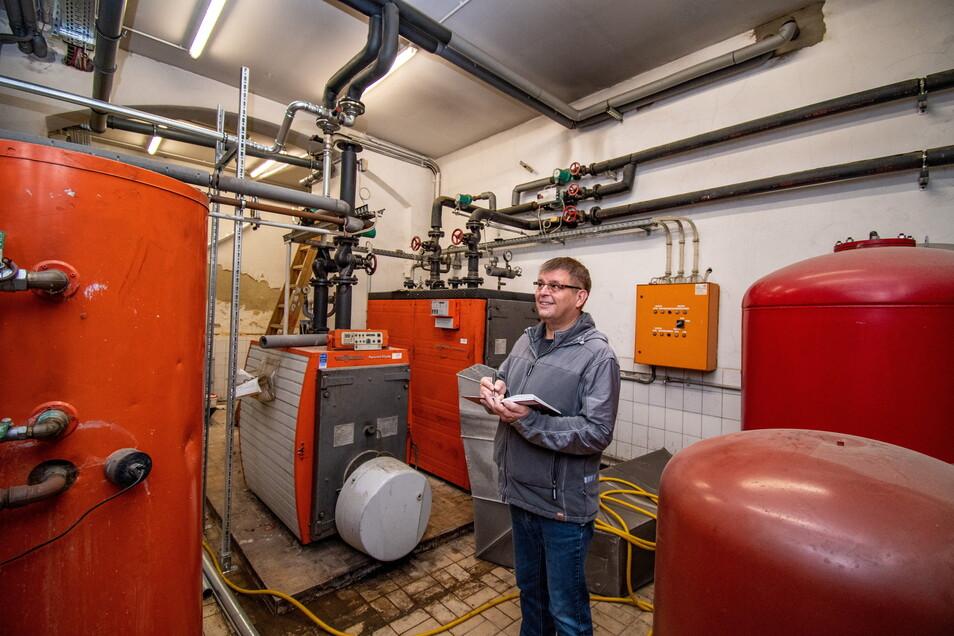 Bauamtsleiter Dirk Mehler steht im alten Heizraum. Die Technik dort wird für den Kita-Betrieb nicht wieder in Betrieb genommen. Es gibt eine zuverlässige Übergangslösung.