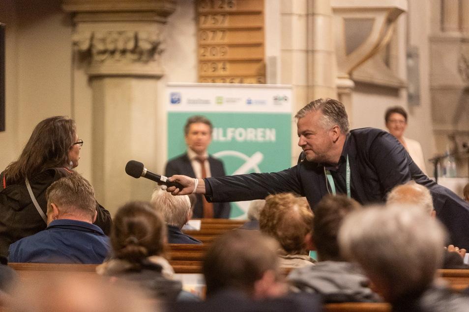 Thomas Platz von der Landeszentrale für politische Bildung holte mit dem Mikro die Fragen der Zuhörer ein.