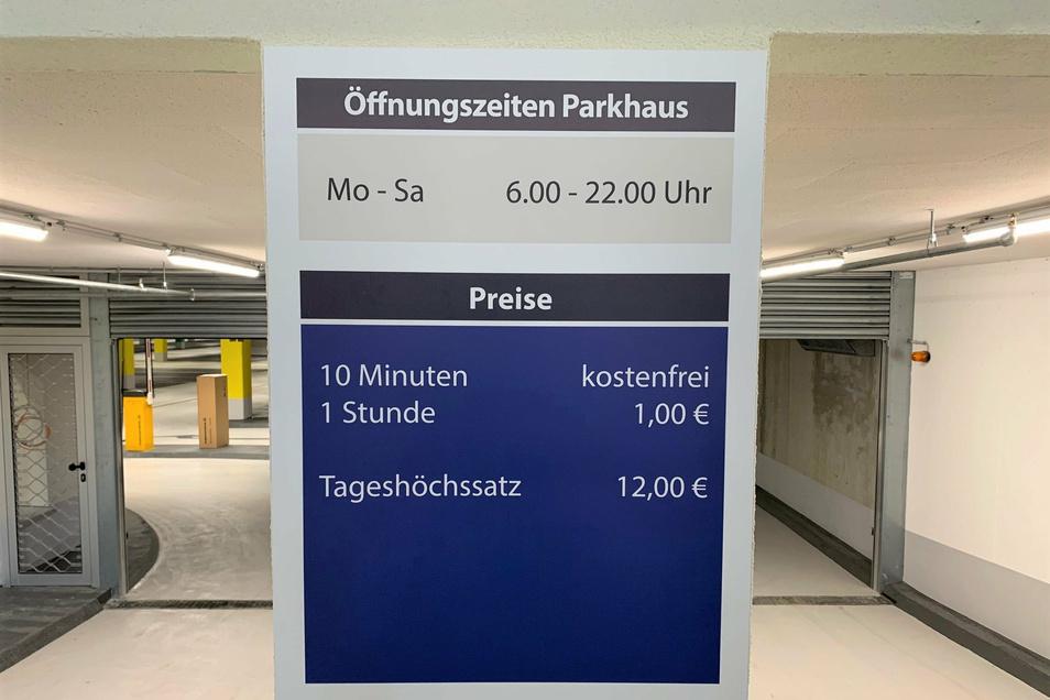 Scheunenhofcenter: Einfahrt zur Tiefgarage mit Anzeige der Parkgebühren.