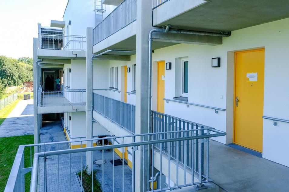Der Zugang zu den Wohnungen für betreutes Wohnen ist über einen Laubengang mit Treppen und Fahrstuhl.