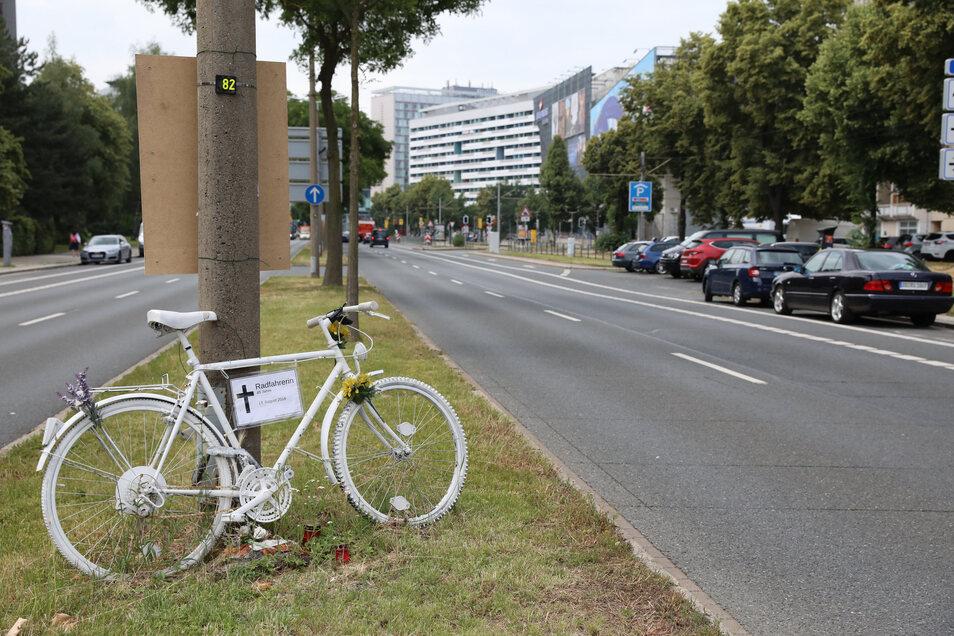 """Wie hier auf der St. Petersburger Straße in Dresden erinnern in vielen Städten """"Ghost Bikes"""" an tödlich verunglückte Radfahrer."""