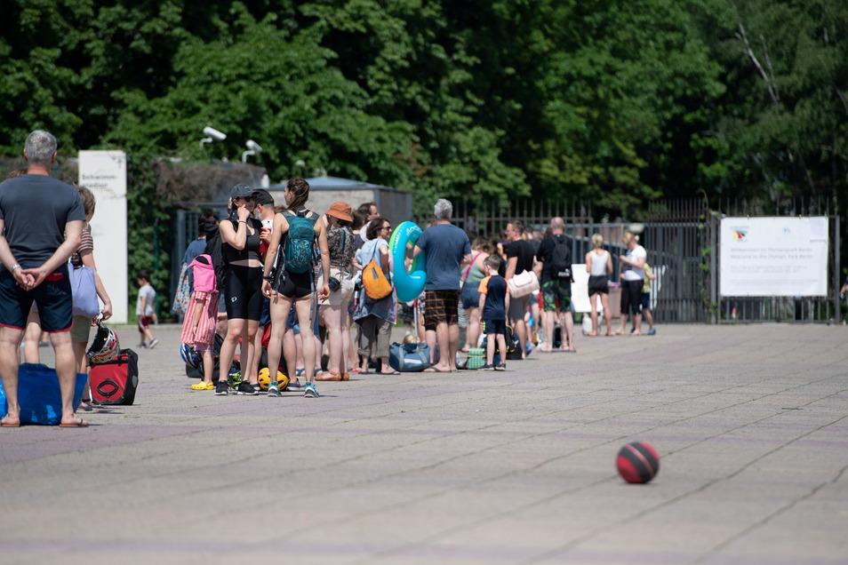 Berlin: Menschen stehen Schlange vor dem Eingang zum Olympiabad.