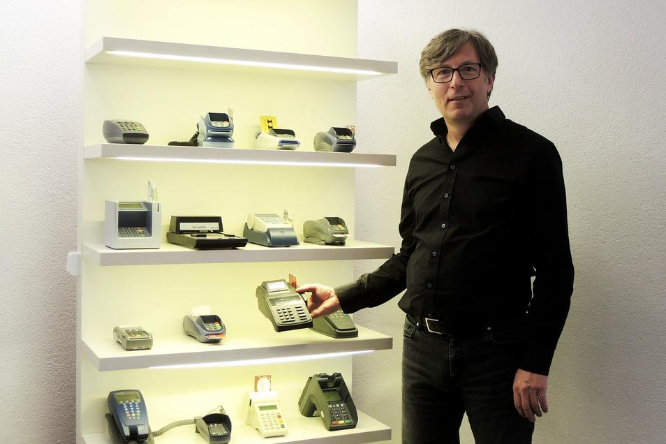 Secupay-Chef Hans-Peter Weber hat seine alten Bezahlterminals in Pulsnitz aufbewahrt – auch wenn ihn das Zahlungsverhalten der Zukunft beschäftigt.
