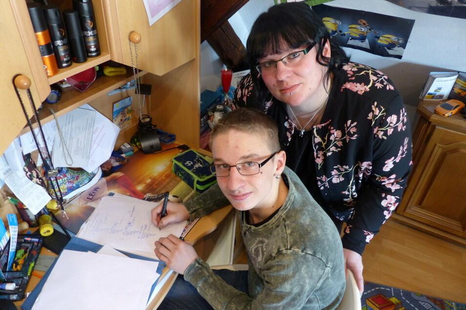 Leon Geier lernt seit Mitte Dezember am heimischen Schreibtisch. Seine Mutter Lysann Geier findet das einen unerträglichen Zustand.