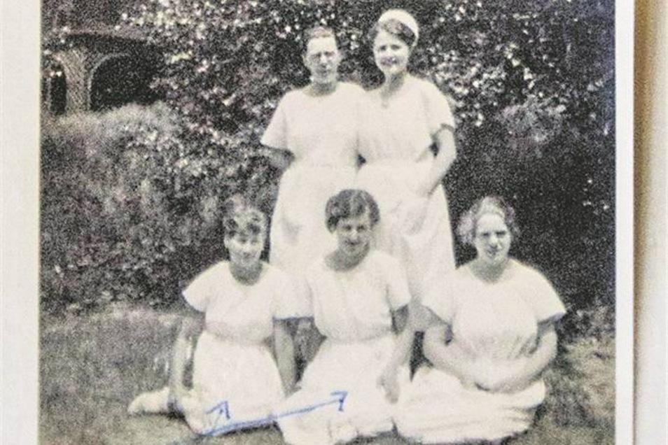 Hertha Kammel (vorn Mitte) zwischen anderen Angestellten im Weidnerschen Sanatorium.