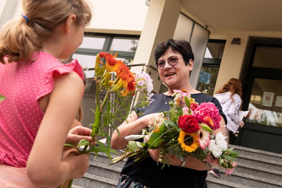 Abschied in den Ruhestand: Monika Kroll war 20 Jahre Schulleiterin. Am Dienstag gab es nicht nur dafür Blumen. Denn am gleichen Tag wurde sie 65.