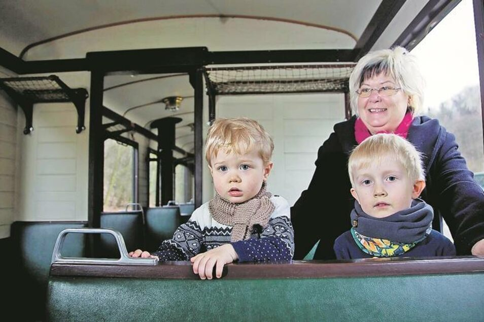 In der Atmosphäre des Altbauwagens fühlt sich die Freitalerin Heidrun Henker in ihre Kindheit zurückversetzt. Auch für die Enkel Til und Robin ist es ein tolles Erlebnis.