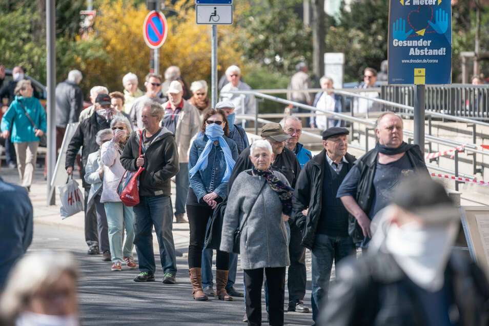 Tausende Dresdner standen am Montag vor einer Woche vor dem Dresdner Rathaus für eine kostenlose Schutzmaske Schlange.