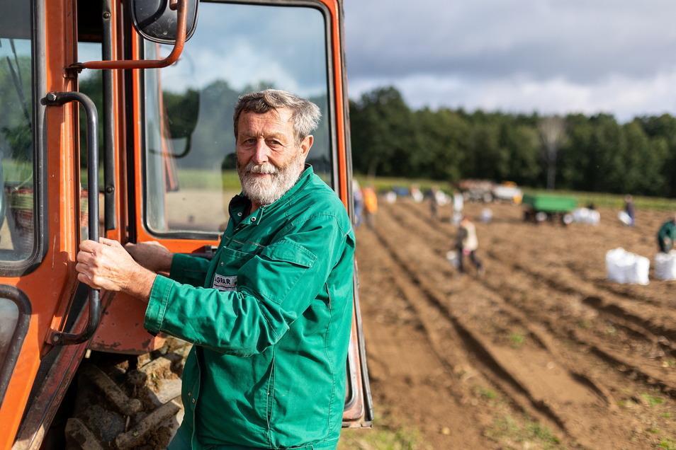 Klaus Köhler von der Agrargenossenschaft Reinholdshain holt die Kartoffeln mit dem Siebkettenroder ans Tageslicht.