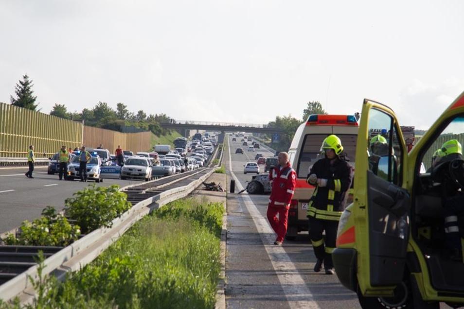 Die A72 musste zeitweise in beiden Richtungen voll gesperrt werden. Ansonsten wurde der Verkehr am Unfall vorbei geführt.