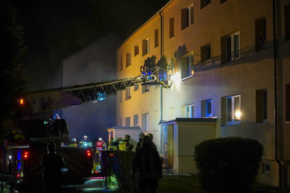 Mit ihrer Drehleiter brachte die Bautzener Berufsfeuerwehr zwei Bewohner eines Blockes in Kleinbautzen in Sicherheit, als es im Keller des Hauses brannte.